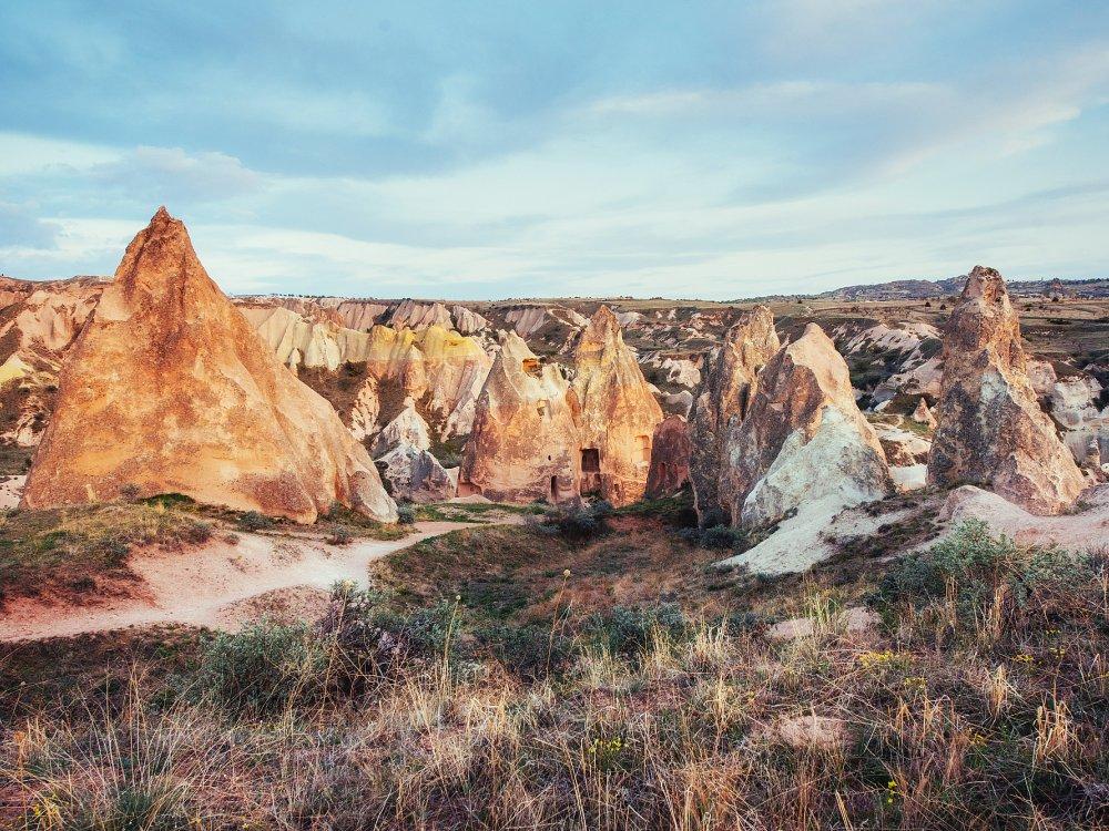 Einzigartige geologische Formationen im Tal in Kappadokien