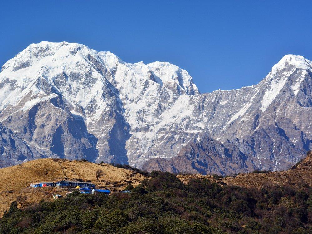 Dorf in Nepal vor Himalaya Bergkette