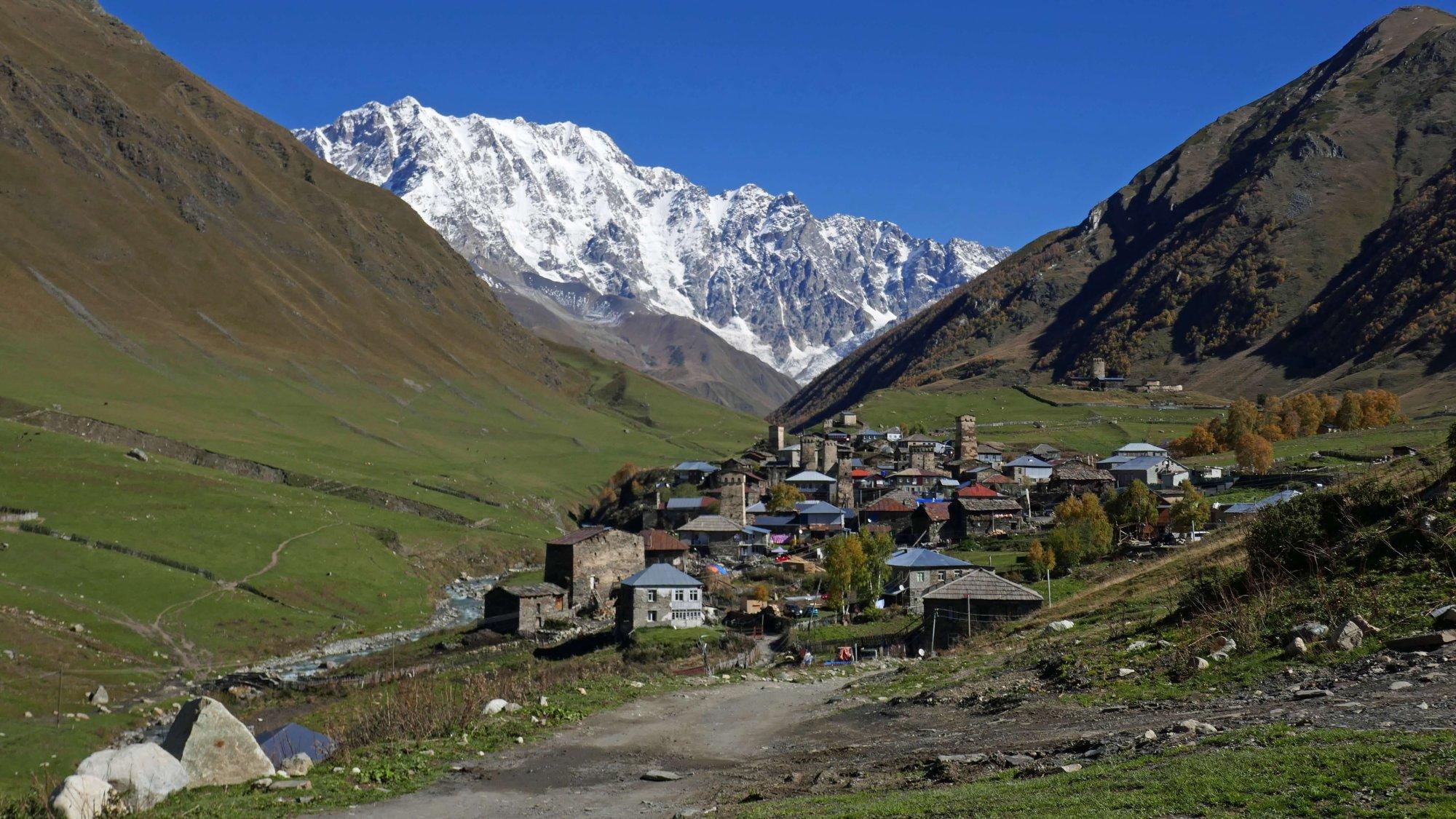 Berglandschaft mit Dorf in Georgien