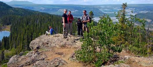 Gruppe beim Wandern in der herrlichen Natur von Alaska