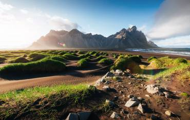 Berge und vulkanischen Lavasanddünen am Strand Stokksness