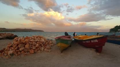 Boote am Strand von Jamaika