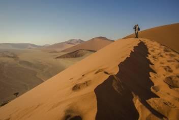 Reisende auf der Düne 45 in Sossusvlei Namib Wüste