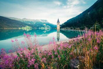 Aussicht auf den Reschensee mit dem versunkenen Kirchturm