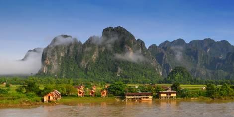 Häuser am Fluss in Vang Vieng