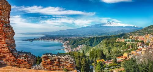 Ruinen des griechischen Theaters in Taormina mit dem Ätna im Hintergrund
