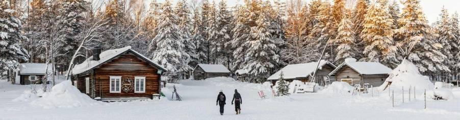 Hütten im winterlichen Finnisch Lappland