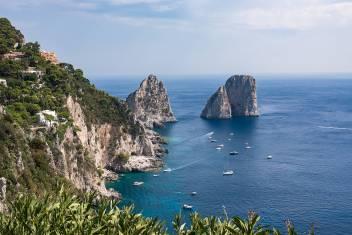 Blick auf die Klippe der Insel Capri mit berühmten Faraglioni Felsen