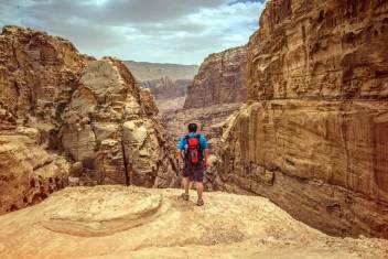 Wanderer erkundet Petra in Jordanien
