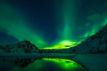 Nordlichter tanzen am Nachthimmel über Island im Winter