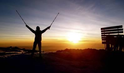 Den Gipfel des Kilimandscharo vor Sonnenaufgang erreicht