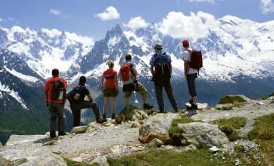 Wanderer genießen das Panorama am Mont Blanc