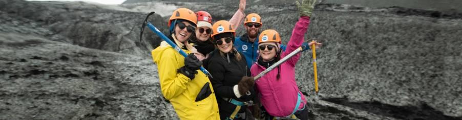 Junge Reisende bei der Gletscherwanderung