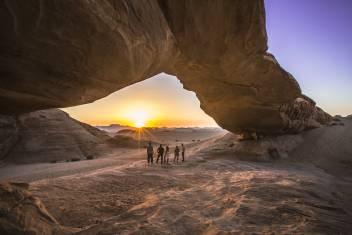 Felsenbrücke in der Wadi Rum Wüste bei Sonnenuntergang