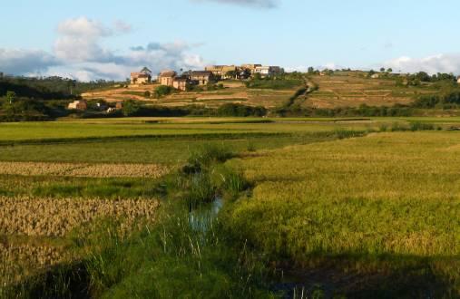 Per Bike die schöne Landschaft Madagaskars erkundet.