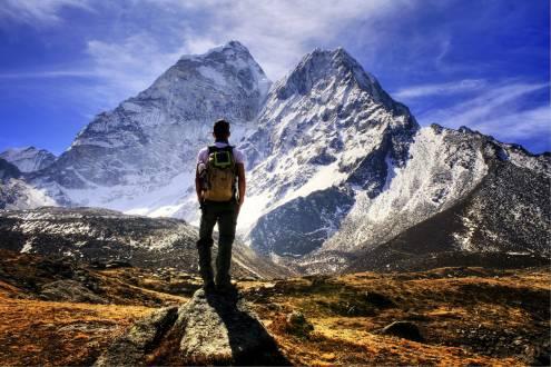 Wanderer genießt die Kulisse des Himalaya