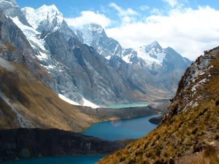 Atemberaubender Blick auf die Bergseen und die verschneiten Bergspitzen.