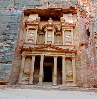 Petras monumentale Grabtempel, deren Fassaden direkt aus dem Fels gemeißelt wurden.