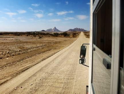 Im Overland-Truck durch die Weite Namibias.