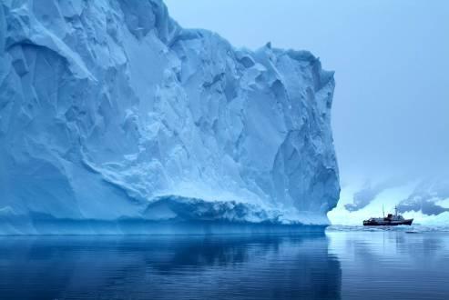 reisethemen_polarregionen-antarktis-eis-schiff