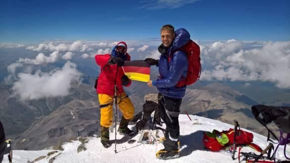 Das deutsche Fähnchen weht nach erfolgreicher Besteigung auf dem Gipfel!!