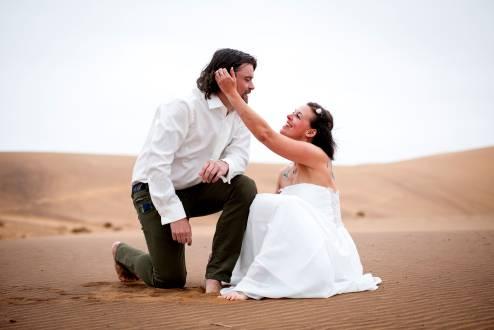Romantik pur – ein Heiratsantrag in der Wüste Namibias.