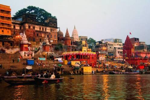 Heilige Stadt Varanasi am Ufer des Ganges