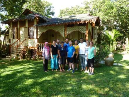"""Unsere Gruppe mit Gastgeberin Asiah beim """"Homestay"""" in der Nähe von Kuala Kangsar"""
